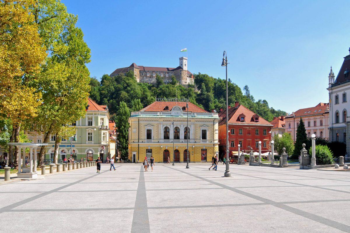 Einst für den Kongress der Heiligen Allianz errichtet ist der Kongress-Platz im Zentrum von Ljubljana bis heute von monumentalen Bauten geprägt, Slowenien - © Soru Epotok / Shutterstock