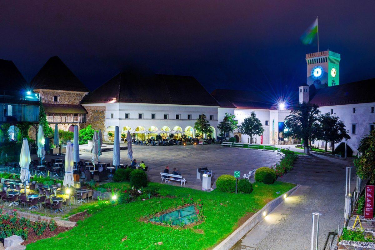 """Im Sommer bietet sich die historische Kulisse der Burg von Ljubljana als Open-Air-Bühne für Konzerte und den """"Film unter dem Sternenhimmel"""" an, Slowenien - © trabantos / Shutterstock"""