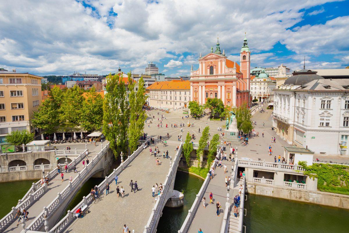 Mit den Drei Brücken, oder Tromostovje, über der Ljubljanica ist am Prešeren-Platz eines der bekanntesten Wahrzeichen von Ljubljana zu finden, Slowenien - © Matej Kastelic / Shutterstock