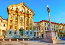 Mit ihrer säulenbewährten Fassade zählt die monumentale Dreifaltigkeitskirche von Ljubljana zu den schönsten Bauten der ganzen Stadt, Slowenien - © Truba7113 / Shutterstock