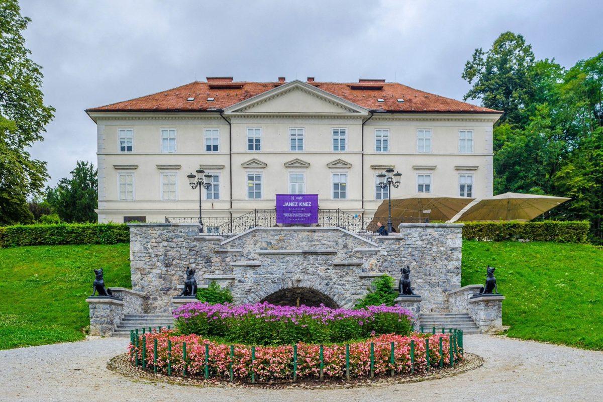 Vier gusseisernen Hundestatuen bewachen den Eingang zum gleichnamigen Schloss im Tivoli Park von Ljubljana, Slowenien - © trabantos / Shutterstock