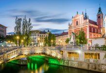 Zur blauen Stunde präsentieren sich der Prešeren-Platz und die Tromostovje in Ljubljana, Slowenien, von ihrer romantischen Seite - © Sopotnicki / Shutterstock