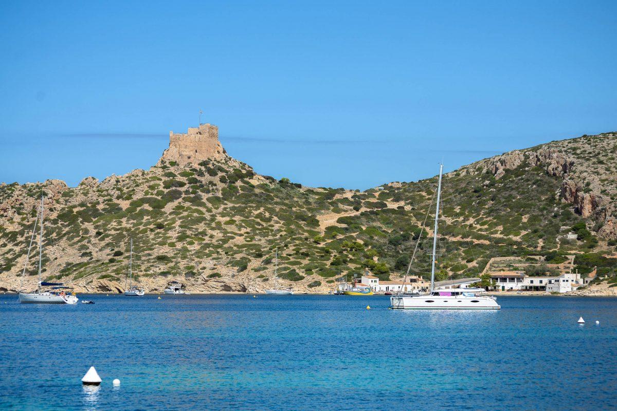 Am natürlichen Hafen in der Cala Donzell auf der Isla Cabrera legen die Ausflugsboote von Mallorca an, Spanien - © James Camel / franks-travelbox