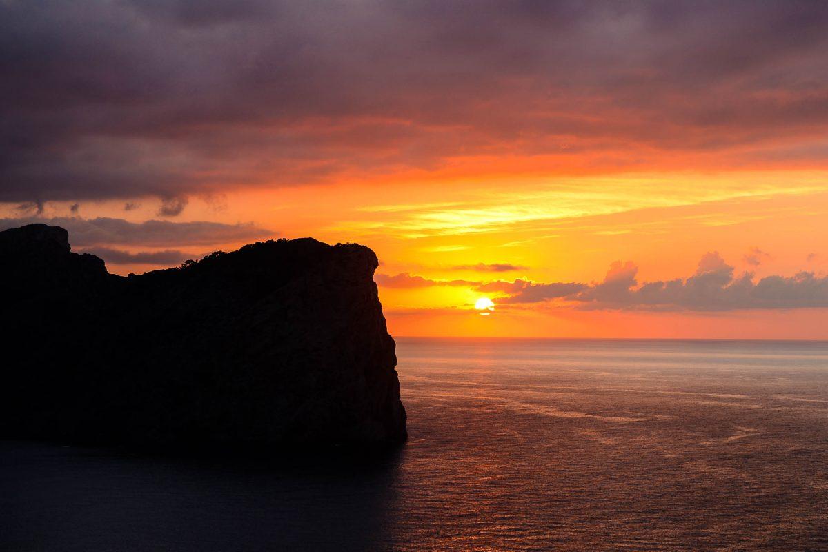 Atemberaubender Ausblick auf den Sonnenuntergang beim Leuchtturm auf dem Cap de Formentor auf Mallorca, Spanien - © James Camel / franks-travelbox