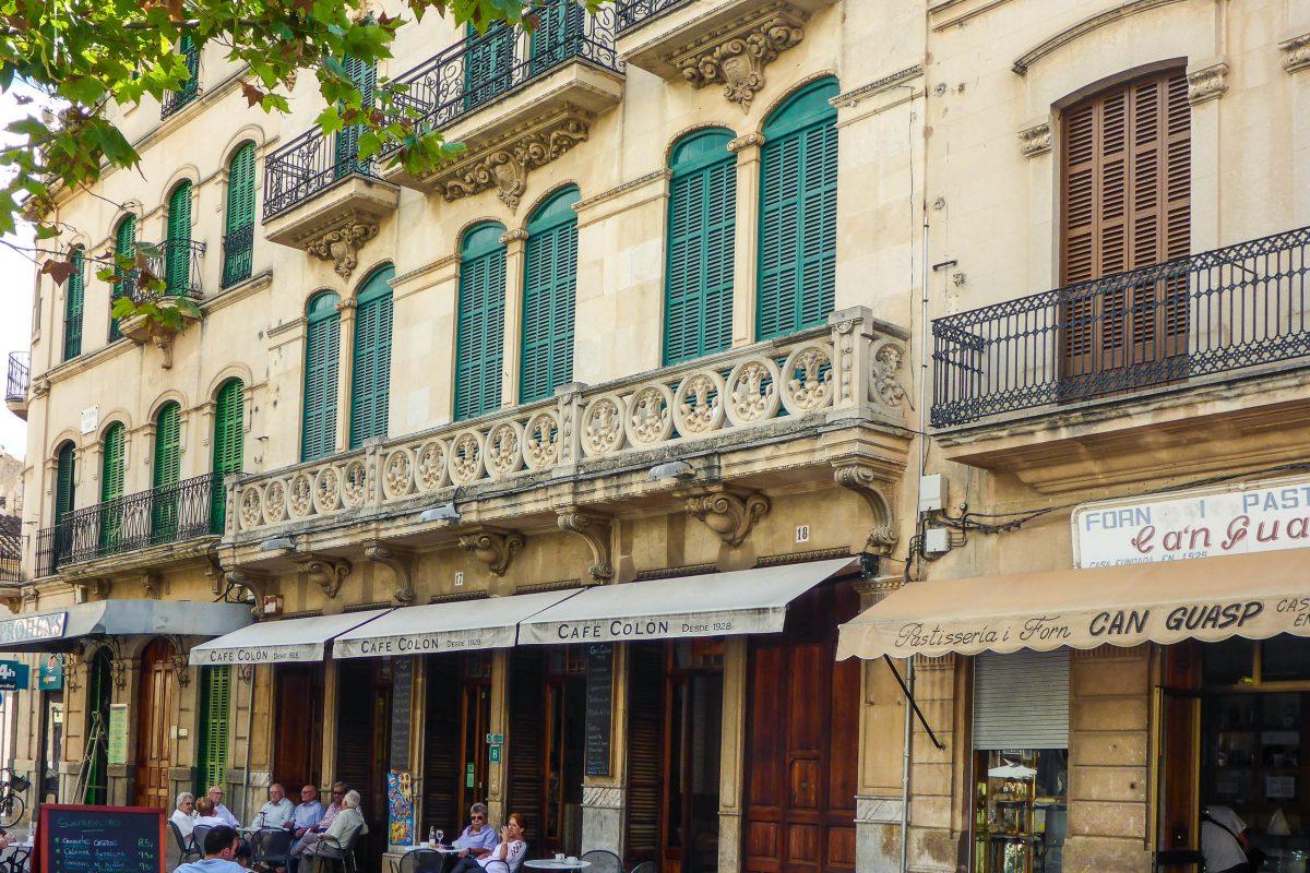 Auf dem Hauptplatz von Llucmayor, Mallorca, ist das Café Colon aus dem Jahr 1928 wohl das berühmteste, Spanien - © Lila Pharao / franks-travelbox