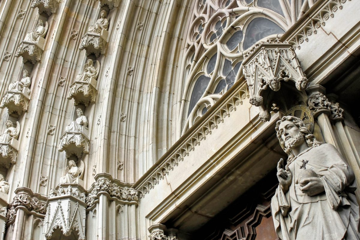 Die Errichtung der gigantischen Kathedrale von Barcelona zog sich vom 11. bis ins 15. Jahrhundert hin, Spanien - © Anastasia Petrova / Shutterstock
