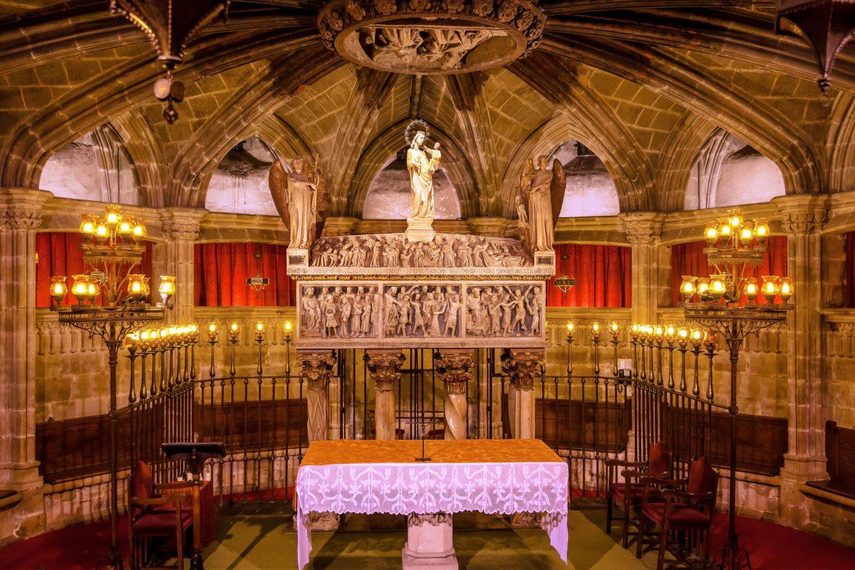 Die Gebeine der Santa Eulàlia, Schutzpatronin von Barcelona wurden unter dem Hochaltar in der Krypta der Kathedrale von Barcelona zur letzten Ruhe gebettet, Spanien - © Bill Perry / Shutterstock