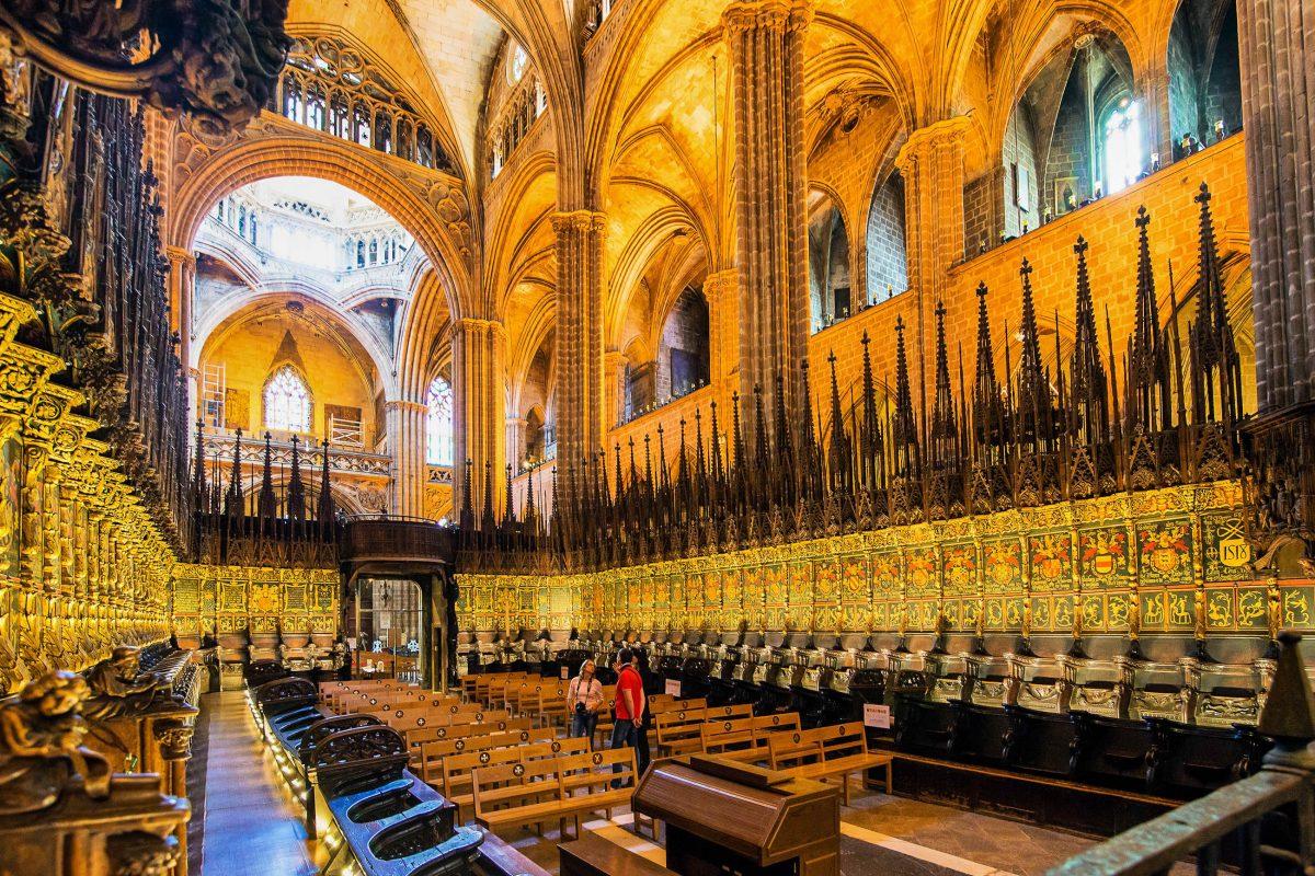 Ein Hauptschiff und zwei Seitenschiffe der Kathedrale von Barcelona, Spanien, erstrecken sich über 83 Meter Länge und 25 Meter Höhe - © In Green / Shutterstock