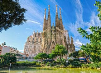 La Sagrada Familia, die atemberaubende Basilika im Herzen Barcelonas, ist trotz ihrer ausständigen Vollendung eines der wichtigsten Wahrzeichen der Stadt, Spanien - © Luciano Mortula / Shutterstock