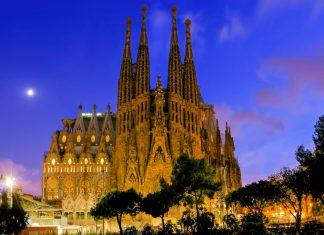 La Sagrada Familia in Barcelona bei Nacht, unumstrittenes Meisterwerk des Architekten Gaudí, Spanien - © Vladyslav Danilin / Shutterstock