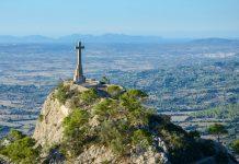 Blick auf den Hügel des Klosters Sant Salvador mit dem Steinkreuz Creu d'es Picot und dem Christkönig-Monument, Mallorca, Spanien  - © James Camel / franks-travelbox