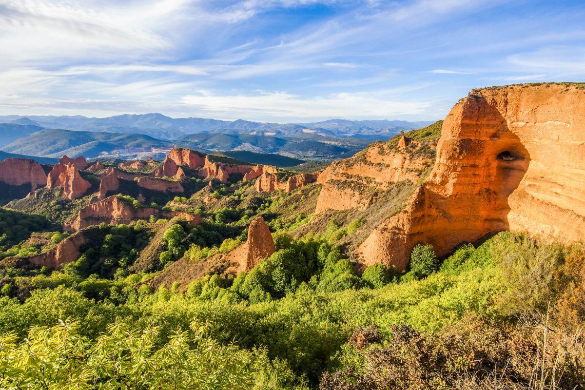 Blick auf die historischen Goldminen Las Médulas im Nordwesten Spaniens - © Marques / Shutterstock