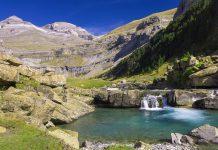 Blick auf einen Wasserfall und den Gipfel des Monte Perdido im Nationalpark Ordesa, Spanien - © pedrosala / Shutterstock