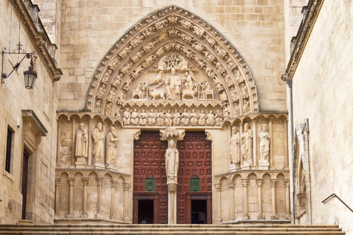 Am Sarmental-Portal in der südlichen Querhauswand der Kathedrale von Burgos ist Jesus Christus mit den um ihn versammelten schreibenden Evangelisten dargestellt, Spanien - © Guillermo del Olmo / Shutterstock