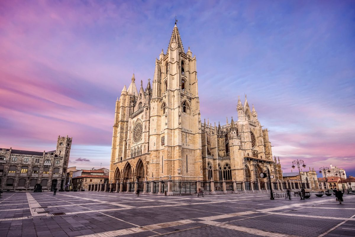 Die prachtvolle Kathedrale sollte den Wohlstand symbolisieren, den Burgos im 13. Jahrhundert über den Wollhandel mit Flandern und England erwirtschaften konnte, Spanien - © Marques / Shutterstock
