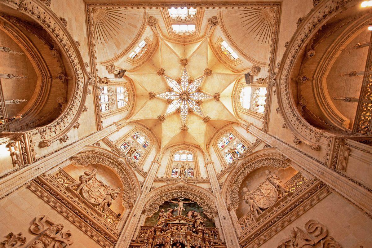 Prachtvolle Kuppel der Capilla del Condestable in der Kathedrale von Burgos, Spanien - © Botond Horvath / Shutterstock