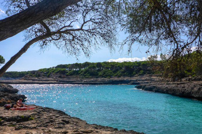 Die Caló d'es Burgit nahe Cala Figuera im Südosten Mallorcas, Spanien, ist zum Schwimmen, Spazieren und Schnorcheln ein Traum - © Lila Pharao / franks-travelbox