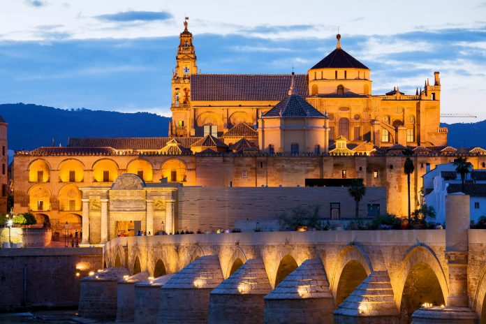 Die Moschee Mezquita in Cordoba beeindruckt durch ihren atemberaubenden Stilmix aus Süd, Ost und West und die Kathedrale, die aus ihrer Mitte ragt, Spanien - © Artur Bogacki / Shutterstock