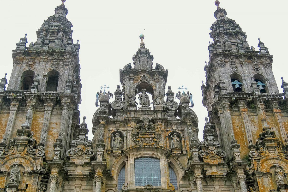Das eindrucksvolle Hauptportal der Kathedrale von Santiago de Compostela an der Westfassade wird von zwei 75m hohen Türmen flankiert, Spanien - © FRASHO / franks-travelbox