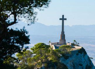 Das monumentale Steinkreuz Creu d'es Picot ragt auf einem Hügel nördlich des Kosters Sant Salvador in den Himmel, Mallorca, Spanien - © James Camel / franks-travelbox