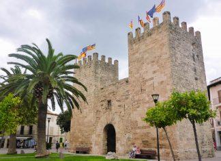 Das Porta de Sant Sebastià ist ein imposantes Überbleibsel der historischen Stadtmauer von Alcúdia im Nordosten Mallorcas, Spanien - © Lila Pharao / franks-travelbox