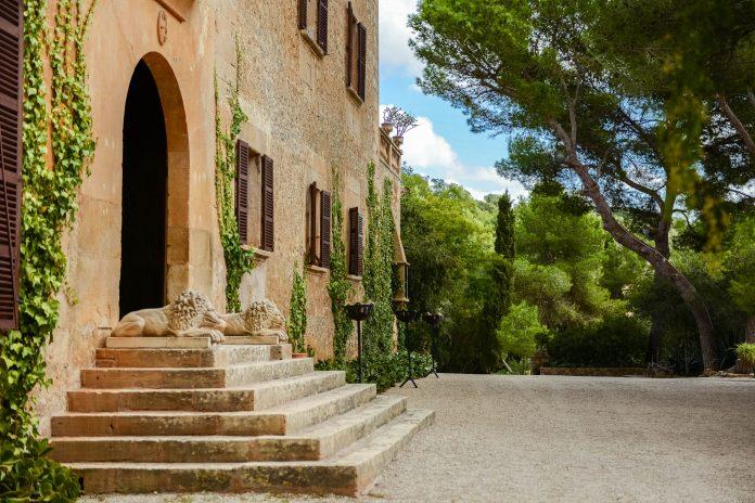 """Der Eingang zum Herrenhaus und Freilichtmuseum """"Els Calderers"""" auf Mallorca, Spanien, wird von zwei steinernen Löwen bewacht - © James Camel / franks-travelbox"""