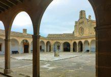 Der Innenhof des Santuari de Monti Sion auf Mallorca, Spanien, ist mit schmucken Arkaden gesäumt - © Lila Pharao / franks-travelbox