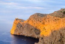 Der Leuchtturm am Cap de Formentor thront seit dem Jahr 1892 auf einer hunderte Meter hohen Steilwand, zu deren Fuß unablässig das Meer tost, Mallorca, Spanien - © James Camel / franks-travelbox