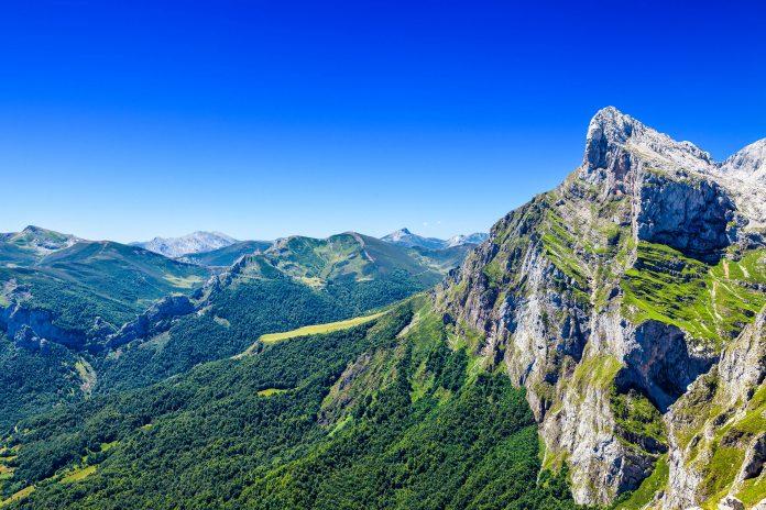 Der Nationalpark Picos de Europa befindet sich im Norden Spaniens und zieht sich über die Regionen Asturias, Castilla y León und Cantabria, er ist der erste und größte Nationalpark Spaniens - © Jose Ignacio Soto / Shutterstock