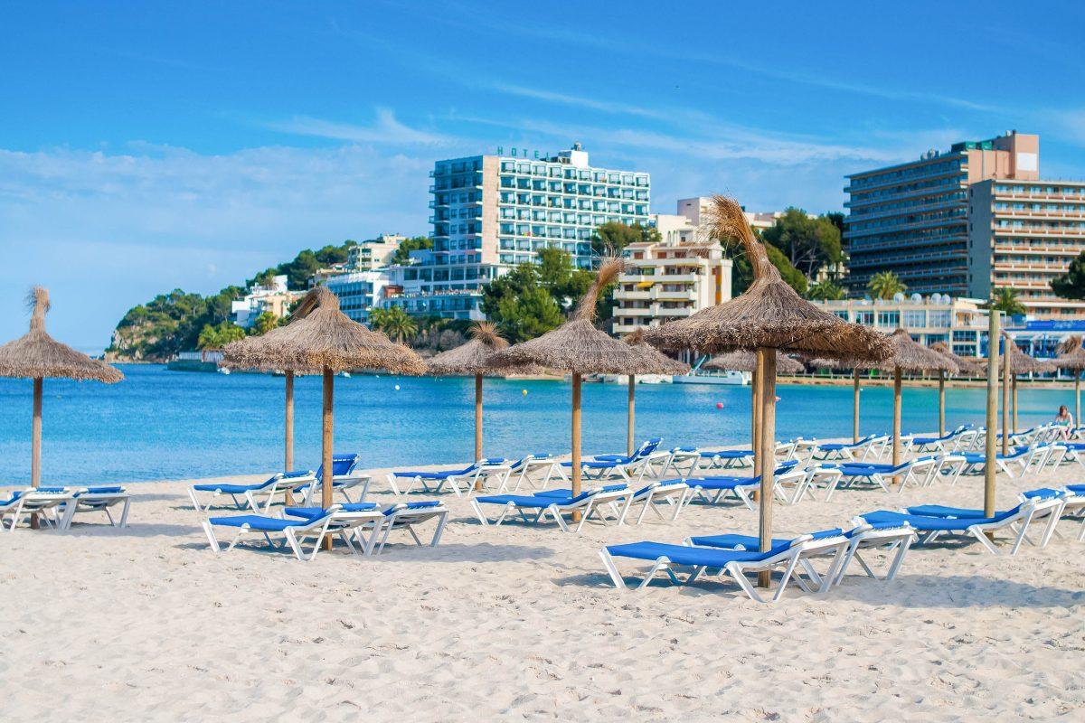 Der Platja de Palma ist mit traumhaftem Strand, zahlreichen Diskos und riesigen Hotels Touristenzentrum und Partymeile auf Mallorca, Spanien - © sebikus / Shutterstock