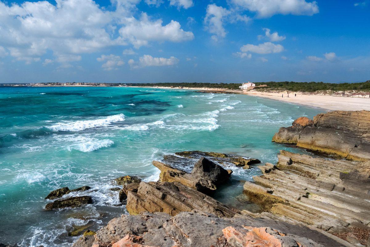 Der Platja es Trenc ist der größte Naturstrand Mallorcas und lockt mit einer Mischung aus feinem Sand und felsiger Küste, Spanien - © ultimathule / Shutterstock