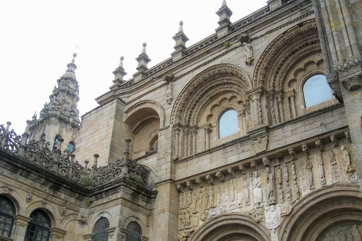 Detailansicht der barocken, klassizistischen und gotischen Elemente der Kathedrale von Santiago de Compostela, Spanien - © FRASHO / franks-travelbox