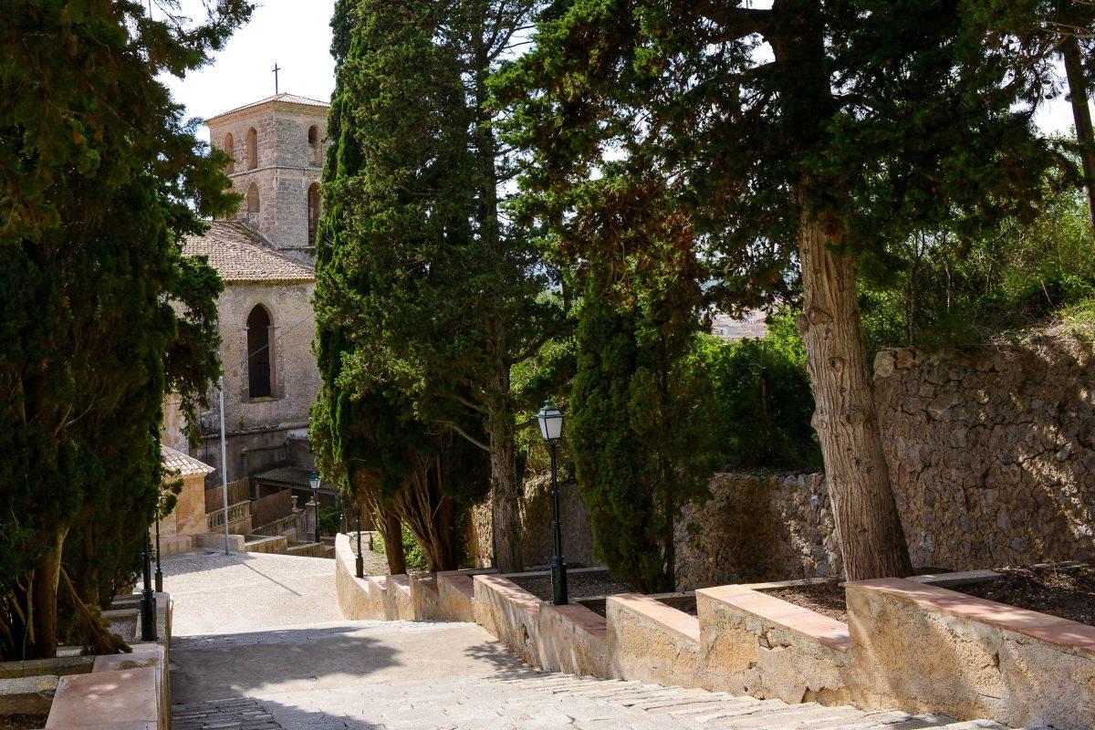 Die 180-stufige Kalvarientreppe verbindet das Kastell von Artà mit der spätgotischen Pfarrkirche Esglèsia Parroquial Transfiguració del Senyor, Mallorca, Spanien - © James Camel / franks-travelbox