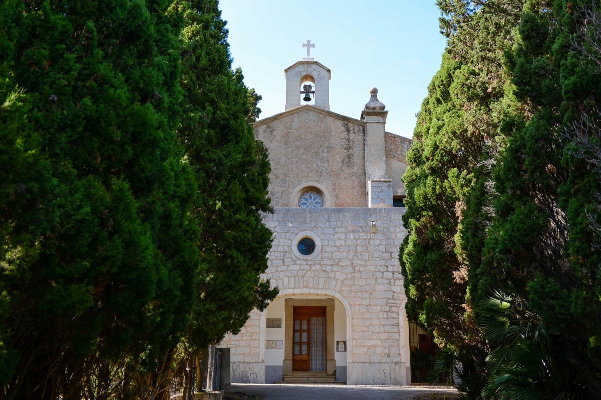 """Die abgeschiedene Einsiedelei """"Ermita de Betlem"""" nördlich von Artà ist über eine landschaftlich überaus reizvolle Straße zu erreichen, Mallorca, Spanien - © James Camel / franks-travelbox"""