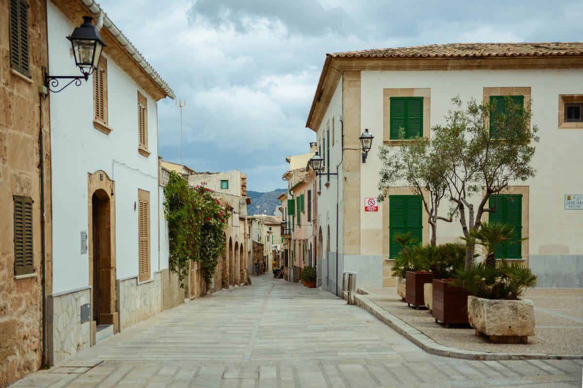 Die charmante Stadt Alcúdia befindet sich im Nordosten der spanischen Balearen-Insel Mallorca an der gleichnamigen Bucht, Spanien - © James Camel / franks-travelbox