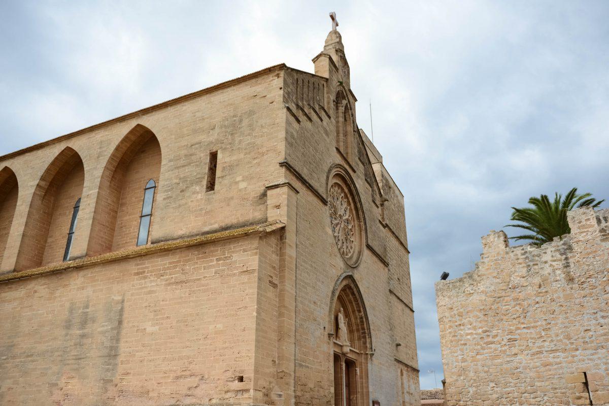 Die imposante Esglèsia de Sant Jaume in Alcúdia begrüßt als wuchtiger Teil der südwestlichen Stadtmauer jeden ankommenden Besucher, Mallorca, Spanien - © James Camel / franks-travelbox