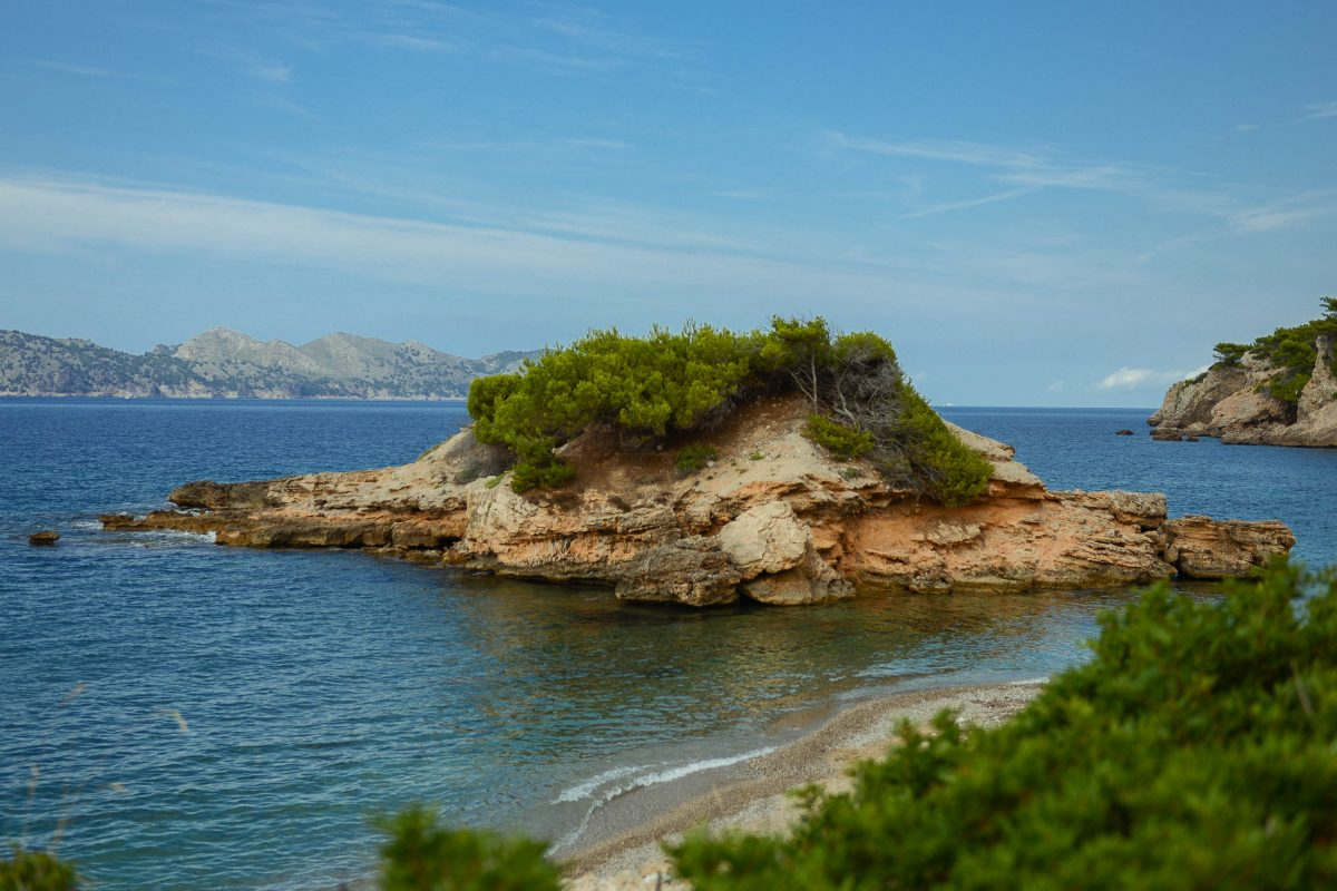 Die kleine Badebucht S'Illot am Cap des Pinars bei Alcúdia auf Mallorca, Spanien, ist besonders einladend - © James Camel / franks-travelbox