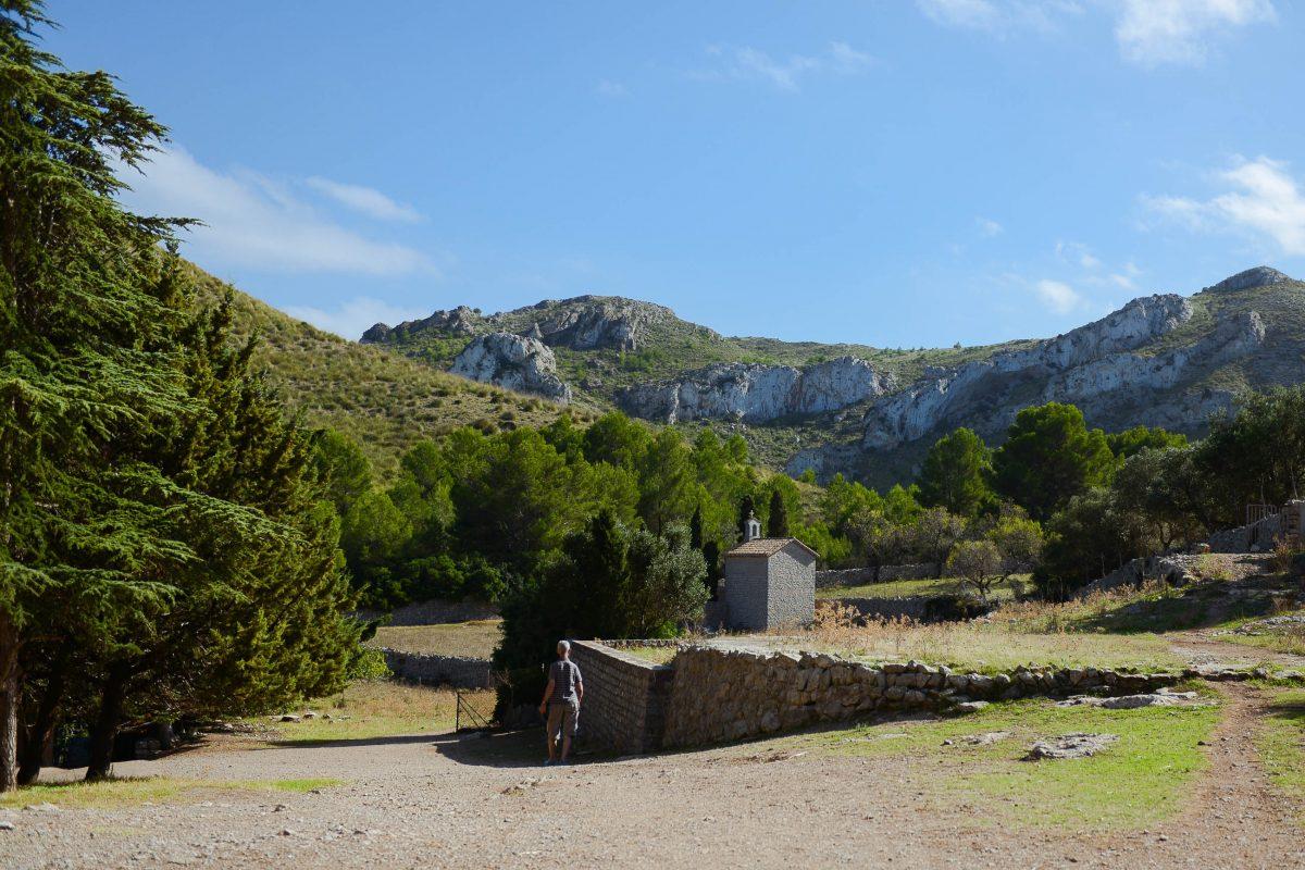 """Die Lourdes-Grotte neben der Quelle """"Font de s'Ermita"""", die die Ermita de Betlem das ganze Jahr über mit Trinkwasser versorgt, Mallorca, Spanien - © James Camel / franks-travelbox"""