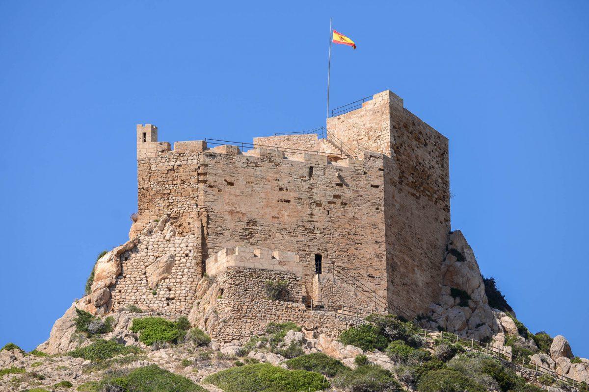 Die mittelalterliche Burg von Cabrera stammt aus dem 14. Jahrhundert und thront unübersehbar über der Cala Donzell, Mallorca, Spanien - © James Camel / franks-travelbox