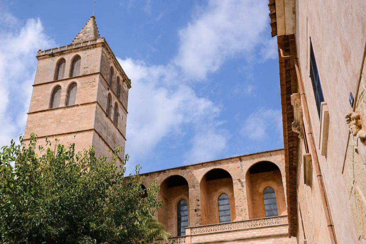 Die monumentale Kirche von Sineu wirkt eher wie eine Festung, als wie ein Gotteshaus, Mallorca, Spanien - © James Camel / franks-travelbox