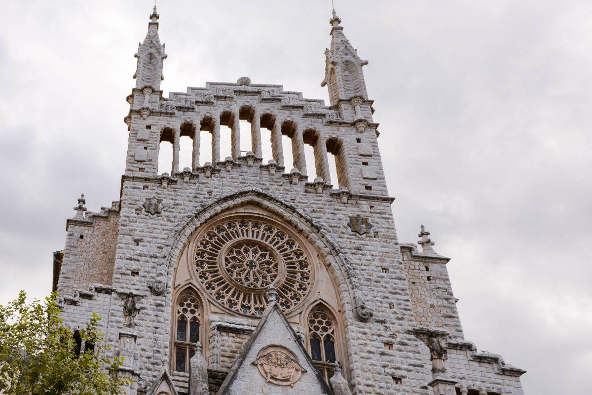 Die monumentale Pfarrkirche von Sóller wurde von einem Schüler Gaudis errichtet, Mallorca, Spanien - © James Camel / franks-travelbox