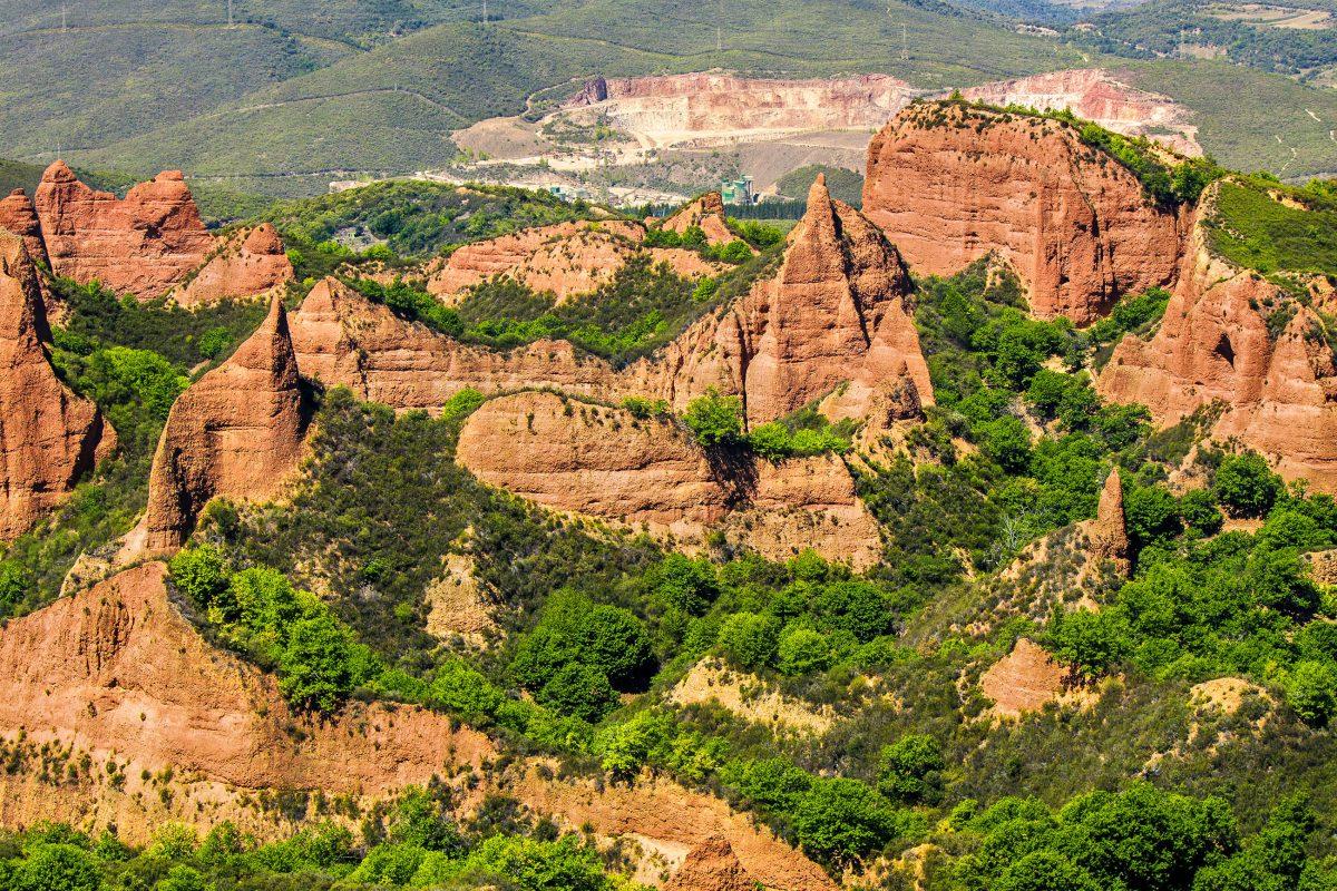 Die rötlichen Felsen und spitzen Gesteinsgebirge um die Las Médulas wirken wie von der Natur gebildet, sind in Wahrheit aber von Menschenhand geschaffen, Spanien - © Marques / Shutterstock