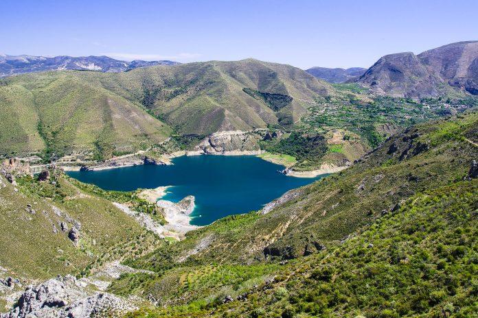 Die Sierra Nevada ist das zentrale Gebirgsmassiv der Betischen Kordillere, einem Gebirgszug im Süden Spaniens und bietet dem Besucher insgesamt 16 Gipfel mit über 3.000 Metern Höhe - © Katarish / Shutterstock