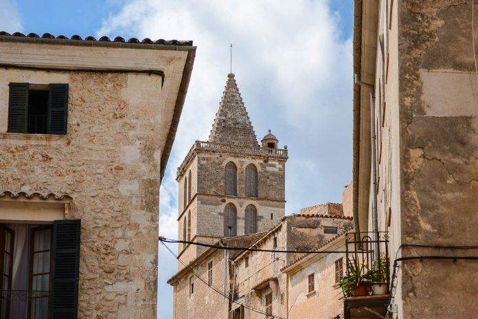 Durch die charmanten Gässchen von Sineu, Mallorca, kann man wunderbar flanieren und das mediterrane Flair genießen, Spanien - © James Camel / franks-travelbox