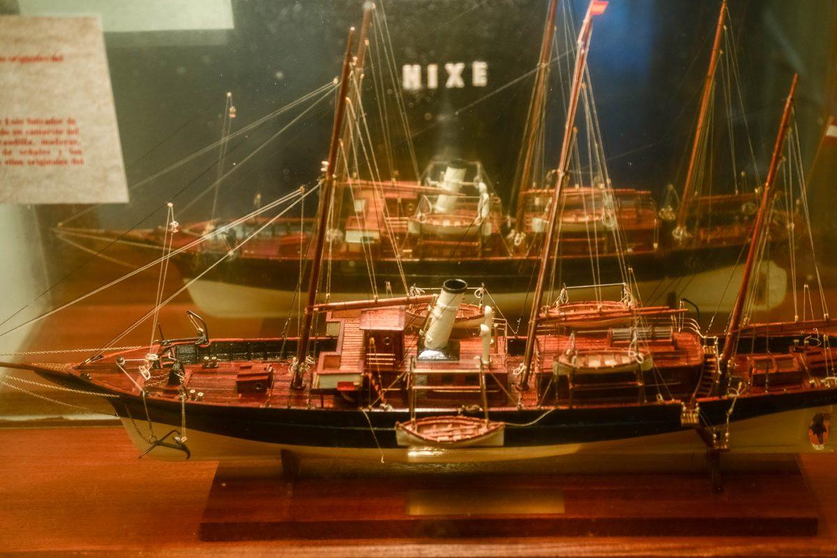 Ein Modell der Nixe II, mit der der Erzherzog Salvator eine Vielzahl seiner Reisen unternahm, ist im Monestir de Miramar auf Mallorca ausgestellt, Spanien - © James Camel / franks-travelbox