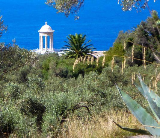 """Ein zierlicher Pavillon aus schneeweißem Marmor fungiert am Anwesen """"Son Marroig"""" als Fotomotiv, Mallorca, Spanien - © Lila Pharao / franks-travelbox"""