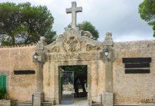 Eingang zum Santuari de Nostra Senyora de Cura, dem höchstgelegenen und größten Kloster am Klosterberg Randa, Mallorca, Spanien - © Lila Pharao / franks-travelbox