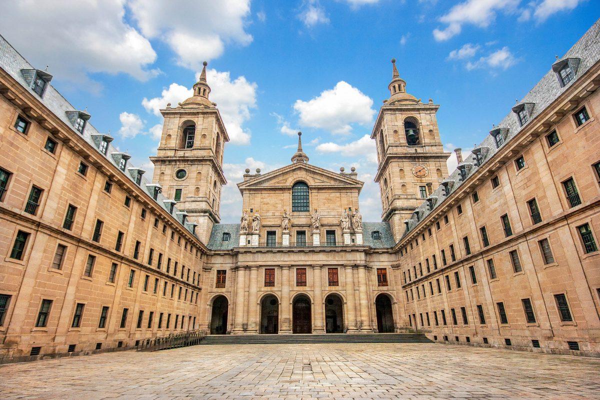 In der monumentalen Basilika in El Escorial in San Lorenzo, Spanien, ruhen die Gebeine des spanischen Königs Karl V. - © canadastock / Shutterstock
