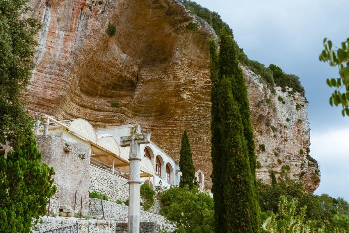 Erst wenn man davor steht, wird das Santuari de Nostra Senyora de Gràcia am Klosterberg Randa unter dem Steilhang sichtbar, Mallorca, Spanien - © James Camel / franks-travelbox