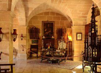 """Gemütliches Kaminzimmer im Anwesen """"Els Calderers"""" auf Mallorca, Spanien - © James Camel / franks-travelbox"""